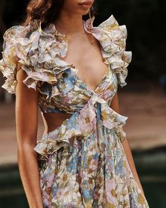 Fashion Dresses Love this gorgeous floral print dress with pretty ruffled details. Couture Fashion, Teen Fashion, Runway Fashion, High Fashion, Fashion Tips, Fashion Design, Moda Chic, Vogue, The Dress
