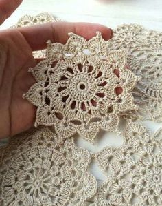 Flor croche motivo clean Flower crochet motif clean for you to share with friends who like to be inspired. Crochet Motif Patterns, Crochet Mandala, Crochet Squares, Crochet Doilies, Crochet Flowers, Crochet Stitches, Crochet Tablecloth, Crochet Borders For Blankets, Flower Motif
