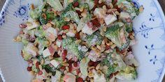 Skøn broccolisalat med æbler, gojibær, pinjekerner og skyr Pasta Salad, Broccoli, Potato Salad, Grilling, Mango, Potatoes, Ethnic Recipes, Crab Pasta Salad, Manga