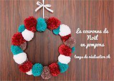 """Je suis décidément dans ma période pompons, et avant de voir, un jour j'espère, le bout de mon projet """"tapis en pompons"""" (j'en suis déjà à 120 pompons !), j'ai eu envie de faire un plus petit projet de circonstance : la couronne de Noël. Ca fait à peu... Diy Couronne Noel, Diy Pompon, Book Images, 4th Of July Wreath, Coloring Books, Crochet Necklace, Wreaths, Christmas, Lyon"""