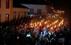 Cerca de 20 mil fiéis participam da Procissão do Fogaréu em Goiás (Foto: Reprodução/ TV Anhanguera)