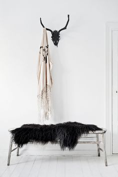Black sheepskin throw for hallway bench Interior Styling, Interior Decorating, Design Rustique, Decoration Entree, Sheepskin Throw, Love Warriors, Decor Inspiration, Small Room Decor, Deco Design