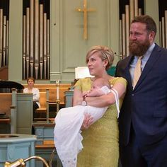 Stars of HGTV Home Town, Ben and Erin Napier, celebrate baptism of daughter Helen at First United Methodist Church in Laurel, Mississippi. Short Hair Cuts, Short Hair Styles, Home Town Hgtv, Erin Napier, Cute Hairstyles, Wedge Hairstyles, Modern Hairstyles, Light Blue Shirts, Looking Dapper