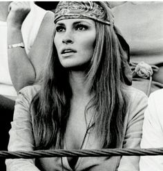 Moda anni Settanta: i look ai quali ispirarci per l'estate Raquel Welch Raquel Welch, Hippie Style, Hippie Mode, Divas, Classic Beauty, Timeless Beauty, Party Kleidung, Estilo Hippie, Looks Black