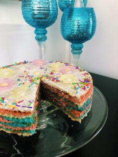 עוגה צבעונית, קלה להכנה, טעימה ברמות. בקלות יכולה להיות עוגה ליום הולדת. שכבות של וופל ושל קרם ריבת חלב. אתם חייבים לנסות