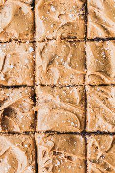 Espresso Brownies with Caramelised White Chocolate Ganache - The Brick Kitchen ♦๏~✿✿✿~☼๏♥๏花✨✿写☆☀🌸🌿🎄🎄🎄❁~⊱✿ღ~❥༺♡༻🌺<FR Mar ♥⛩⚘☮️ ❋ Espresso Brownies, White Chocolate Brownies, Brownie Bar, White Chocolate Desserts, Cookie Dough Cake, Chocolate Chip Cookie Dough, Homemade Chocolate, Chocolate Recipes, Caramelized White Chocolate