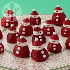 Mini strawberry santas you can easily make these little santas as a holiday dessert yourself all you need are strawberries whipped cream and some chocolate sprinkles your kids will love these yummy treats and can help put them together Christmas Party Food, Christmas Brunch, Xmas Food, Christmas Appetizers, Christmas Cooking, Christmas Goodies, Holiday Desserts, Holiday Treats, Simple Christmas