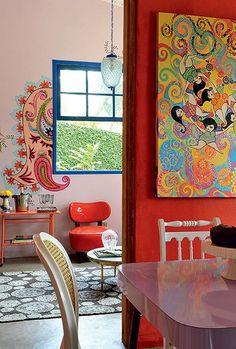 Os desenhos psicodélicos de amebas, flores e arabescos estão no quadro da artista Regina Kioko, na cozinha, e na parede da sala, feita por Isabel Morse e Claudia Justo