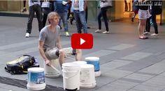 Sidney, incredibile esibizione del batterista di strada: il video spopola nel web!  Da vedere!!!