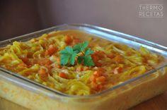 Sencilla receta de pasta cubierta con una original bechamel de calabaza. Un plato de otoño que gustará a niños y a mayores.