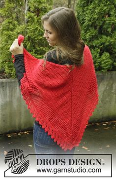 "DROPS Christmas: Knitted DROPS shawl in garter st with lace pattern in ""Alpaca"". ~ DROPS Design"
