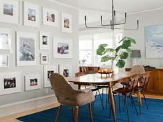 azul, cinza, pendente, parede de quadros, cadeiras diferentes