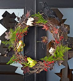 Adorn a grapevine wreath with dried berries, ferns, and toy frogs and mice for a Wicked #Halloween Wreath.