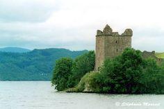 Urquhart Castle Loch Ness Scotland I loved going to Loch Ness apart from the midges! Loch Ness Scotland, Glencoe Scotland, Beautiful Buildings, Beautiful Landscapes, Scotland Travel Guide, Scotland Trip, Castle Scotland, Lago Ness, Livros