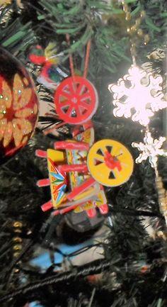 Il piccolo carro siciliano è uno degli oggetti che decorano l'albero di natale di famiglia