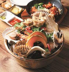 #23 抵食蒸海鮮盆  論峴洞美食街中,8年來這家店以一蒸一燒的貝類海鮮成名。推介的蒸海鮮盆,巨鍋中有大蜆、帶子、蠔、青口、扇貝、花甲、蟶子等等貝類,還有各種時令蔬菜,4人份,每位不過HK$86 !海產夠新鮮,即使不經調味,仍不減爽甜。吸收了海鮮精華的湯頭更可加煮刀削麵,試過就知欲罷不能!  蒸海鮮盆(3至4人份)49,000/HK$343 盆中海鮮因應時令,每天略有不同,但保證大份抵食。   沙灘的珍珠1號店 地址:首爾江南區論峴洞182 電話:+82-2-544-8892 營業時間:5pm-2am 人均消費:12,250/HK$86 交通:地鐵論峴洞站6號出口,步行約2分鐘
