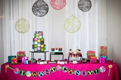 Una espectacular mesa para una fiesta años 80 / A stunning table for an 80s party