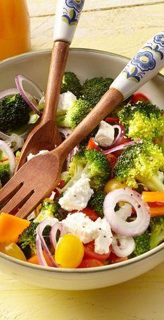 Absolut herrlich bunt und frisch kommt dieser gemischte, rohe Salat mit Brokkoliröschen, Minipaprika und knackigen Kirschtomaten daher. Der Fetakäse sorgt im Rezept von REWE für noch mehr Würze. Köstlich zum Grillen, als Abendessen oder als Partysalat. Schnell und einfach gemacht und echt lecker!  https://www.rewe.de/rezepte/broccolisalat-mit-schafskaese-und-bunten-kirschtomaten/