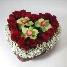 arreglo floral de orquideas con rosas en base de corazon
