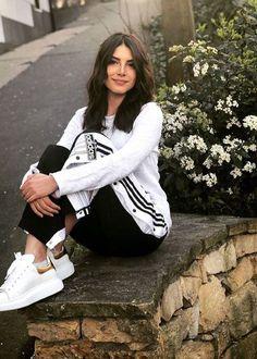 now sissy that walk! Turkish Fashion, Turkish Beauty, Beyonce Youtube, Celebrity Photos, Celebrity Style, Egyptian Actress, Vogue, Stylish Girls Photos, Female Actresses