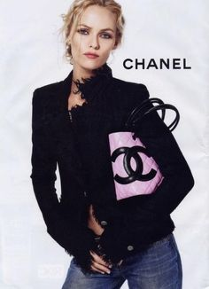 Vanessa Paradis in Black Chanel jacket and pink Chanel clutch with denim jeans. So cute and stylish.