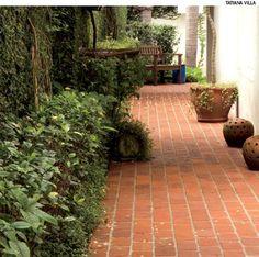 Tijolos são uma boa opção de piso para o jardim, porque combinam com vários outros acabamentos, da madeira às pedras naturais. Projeto do paisagista Alexandre Furcolin.
