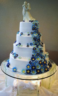 blue daisies!!!!!!!!!!!!!! Oh my goodness I want this for our vow renewal!!!!!!!!
