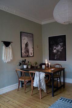 svarta ben på matbordet med mörkbrun bordsskiva