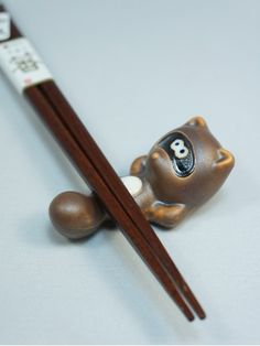 Symbol of prosperity, the Tanuki (or raccoon dog) is a forest spirit in Japanese mythology. Recognizable with his rounded belly on which you will put down your chopsticks, this animal is very popular in Japan. Chopstick Holder, Chopstick Rest, Japanese Lifestyle, Japanese Mythology, Fountain Pen Ink, Chopsticks, Shapes, Antiques, Cute