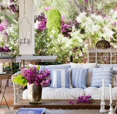 sofa in the garden Outdoor Rooms, Outdoor Chairs, Outdoor Furniture Sets, Outdoor Decor, Home And Living, Living Room, Ideas Para Organizar, Wooden Decks, White Houses