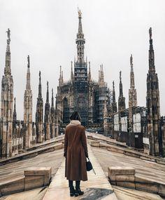 No topo do Duomo de Milão  Duomo é uma das maiores catedrais do mundo. Um dos detalhes mais marcantes é o seu telhado com 135 agulhas e várias estátuas e gárgulas de onde nos dias bem claros podem ser visto os Alpes! Peguei um dia nublado não consegui ver! Mas aqui em cima tudo é muito lindo!  Vale a pena e tem elevador para subir. Ufa! #eurotrip #carolnaeuropa