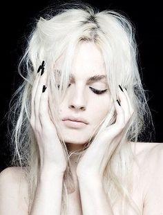"Andreja Pejić is an Australian model of Bosnian Croat and Bosnian Serb ethnicity. Pejić is a transgender woman, who until 2014 was billed as an ""androgynous"" male model, self-described as living ""in between genders"". Modelo Albino, Smoky Eyes, Transgender Model, Modelos Fashion, Foto Fashion, Photo Portrait, Platinum Blonde Hair, Beauty Shots, White Hair"