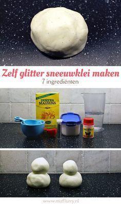 Recept voor sneeuwklei met glitters. Ingrediënten: maïzena, zout, water, cream of tartar, zonnebloemolie en glitters.