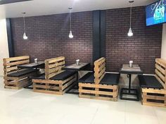 Cheap Creations with Old Shipping Wood Pallets: Cheap ideas of the old shipping wood pallets had come out to be a perfect option for the house makers who do want to catch some affordable. Modern Restaurant Design, Deco Restaurant, Restaurant Seating, Rustic Restaurant, Restaurant Furniture, Small Coffee Shop, Coffee Shop Design, Cafe Design, Wood Pallet Furniture