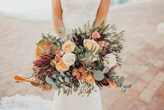 Inspiração de outono no Algarve, com tons dourados e terracota Terracota, Algarve, Here Comes The Bride, Floral Wreath, Wreaths, Table Decorations, Outdoor Ceremony, Warm Colors, Wedding Photography