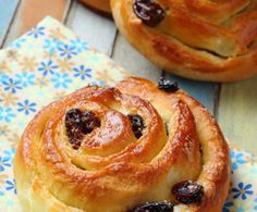un pain aux raisins Recipes Breakfast French Toast, Breakfast Pastries, French Toast Bake, French Toast Casserole, Breakfast Bake, Pain Aux Raisin Recipe, Bake Croissants, Pain Aux Raisins, Raisin Recipes