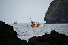 Simon Anon Satria: Perahu nelayan yang sedang mencari ikan di tepi pantai Grajagan. Lokasi: Pantai Grajagan - Banyuwangi.