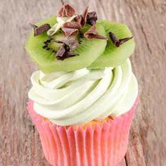 Aprende a preparar la receta de Cupcakes de Kiwi paso a paso. Cupcakes con kiwi decorados con frosting de kiwi. Recetas de cupcakes de fruta fáciles.