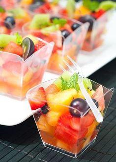 Indispensable pour les chaudes journées d'été. En dessert ou en apéritif, la salade de fruit on l'aime tous et elle est super rafraichissante. Evidemment on choisit des fruits de saison aux belles couleurs. Simple et efficace.