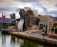 Музей Гуггенхайма (Guggenheim Museum). Здание музея стало главной достопримечательностью Бильбао. Это великолепный образец современного зодчества – здание необычных, футуристических форм, своими очертаниями напоминающее большую птицу или межпланетный корабль. Создал его архитектор Фрэнк Герри.