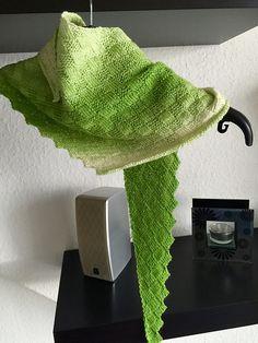 Aus der Idee heraus geboren, wie weit komme ich mit einem Knäuel Wolle mit einer Lauflänge von ca. 400 m auf 100 g (Sockenwolle) und Nadelstärke 2,5 mm ist dieses Tuch entstanden.