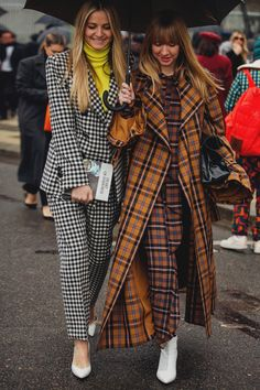 Street Style at the Paris Fashion Week Fall Winter The most original looks and new street style trends directly from Paris Fashion Week Fall Winter 2018 2019 Best Street Style, Looks Street Style, Street Style Trends, Moda Paris, Trendy Fashion, Winter Fashion, Fashion Trends, Women's Fashion, Retro Fashion