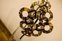 tiara moderninha, feita em fita de cetim com estampa de oncinha. arquinho flexível, encapado com fita. R$45,00