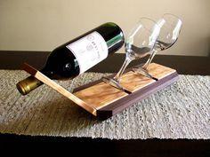 Aquí está una manera única de mostrar una buena botella de vino o de champagne junto con un buen par de gafas. Esto se verá muy bien en su mostrador, barra o mesa. Hecho de rizado madera de cerezo y nogal. Dimensiones, Unos 20 de largo 6 de ancho Esta pieza tiene una mano frota acabado al aceite. Botella de vino y cristal no incluido. Esto haría un gran regalo de boda, aniversario o calentamiento de la casa. O un gran regalo para todos los amantes del vino que hay .