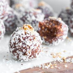 DATE ALMOND COCONUT PROTEIN BALLS. Power up with these energy balls.They taste like an indulgent candy bar but are packed with healthy energy boosting ingredients. Protein Desserts, Protein Bars, High Protein, Date Protein Balls, Protein Salat, Cake Pops, Coconut Candy Bars, Date Balls, Coconut Protein