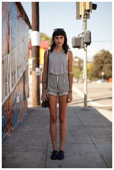 Muito fofo essa combinação vinda da moda de rua em Nova York. Shorts de cós alto é demais!