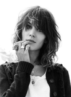 60 Shag Haircut Ideas to Rock Your World - Meus Novos Penteados - B&W - Cabelo Medium Hair Cuts, Medium Hair Styles, Curly Hair Styles, Bangs With Medium Hair, Hairstyles With Bangs, Cool Hairstyles, Med Shag Hairstyles, Casual Hairstyles, Pixie Haircuts