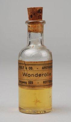 """Kleine medicijnfles voor """"WONDEROLIE"""" met kurk en etiket - het lege flesje kon weer gevuld worden bij de drogist"""