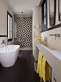 décoration salle de bain noir blanc jaune parquet noir carrelage noir et blanc
