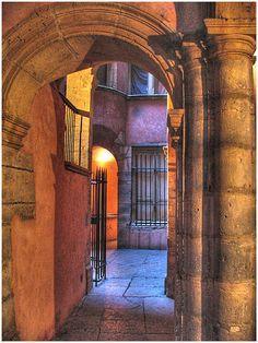 Vous découvrirez toujours une nouvelle traboule lors de votre passage dans le quartier du vieux Lyon #fièredetrelyonnaise